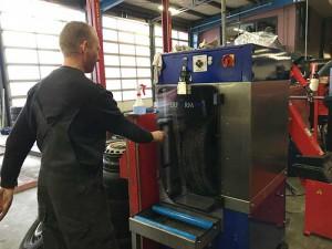 Stap 2: De velgen gaan de wielen wasmachine in waar deze met water en schoonmaakmiddel gereinigd worden